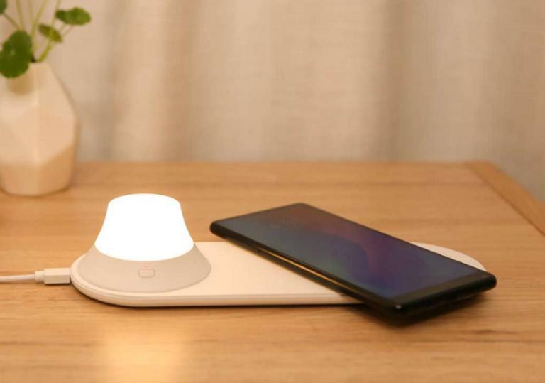Новый ночник от Xiaomi без проводов заряжает смартфоны