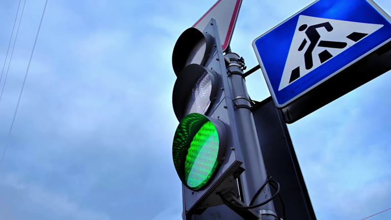 7 новых светофоров установят по улице Мальцева в Кургане