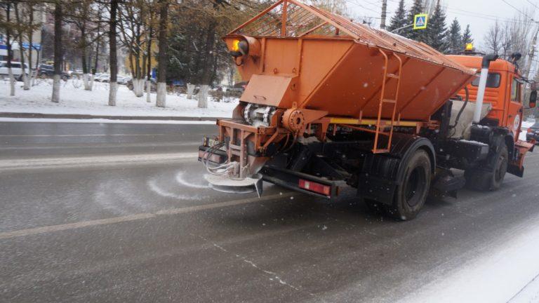 Курганские коммунальщики вышли на борьбу с первым снегом