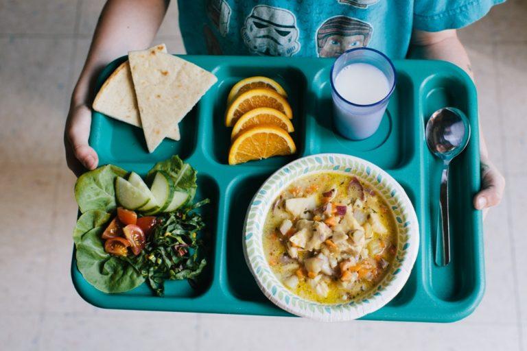 Недовес порций и нарушения технологии приготовления блюд выявили в школьных столовых Кургана