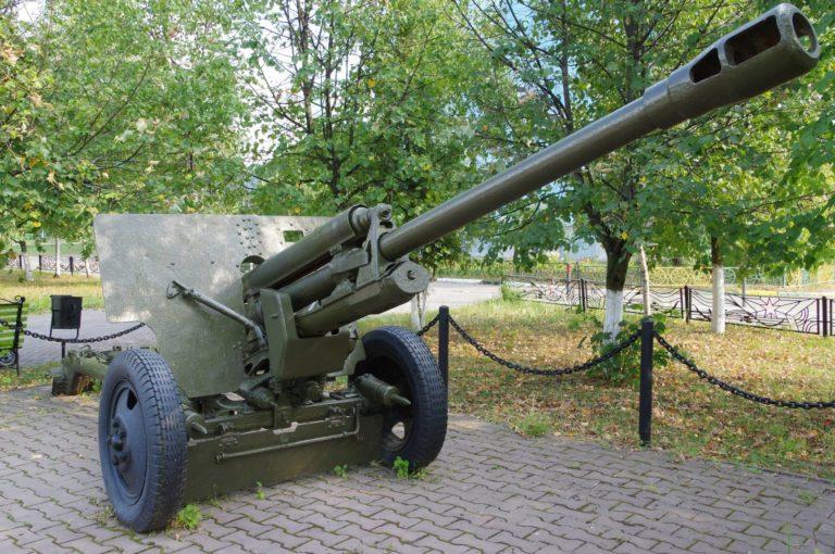 В Кургане установили гаубицу М-30 и пушку ЗИС-3