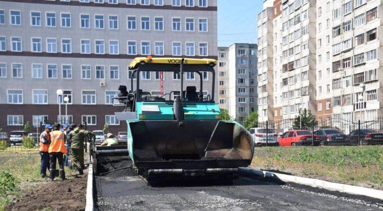 В Кургане меняют асфальт и бордюры на отремонтированной улице Мальцева