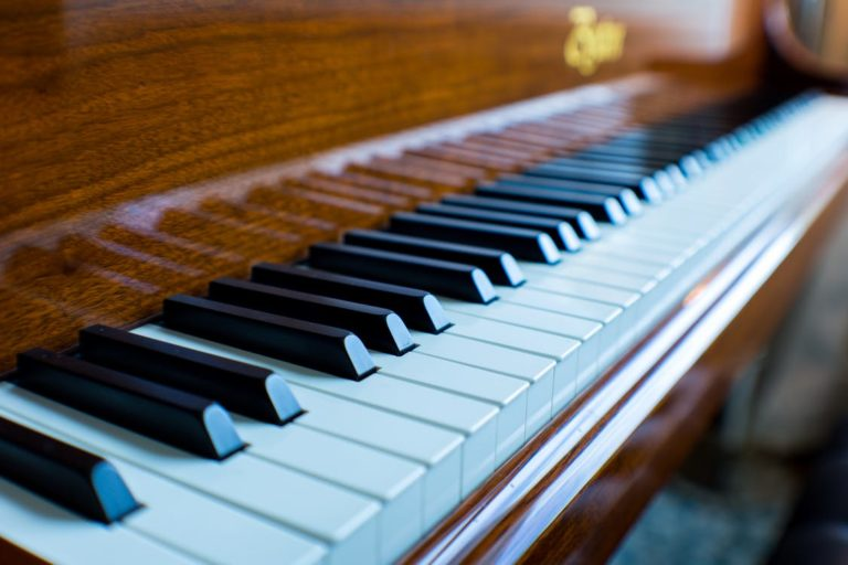Музыканты и любители дают концерты в ТЦ Кургана